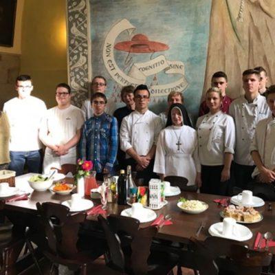 Młodzi kucharze w klasztornej kuchni