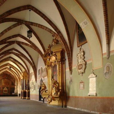 Renowacja średniowiecznych krużganków